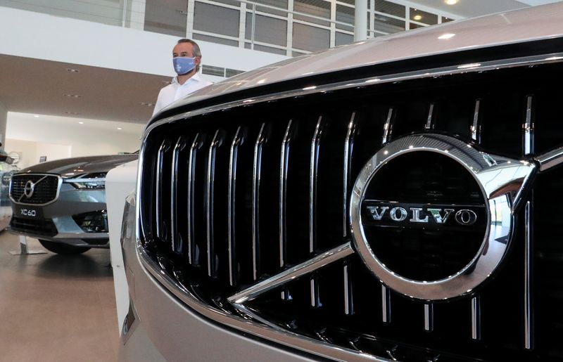 © Reuters. An employee at a Volvo car dealer, wearing a protective mask is seen in the showroom, amid the coronavirus disease (COVID-19) outbreak in Brussels