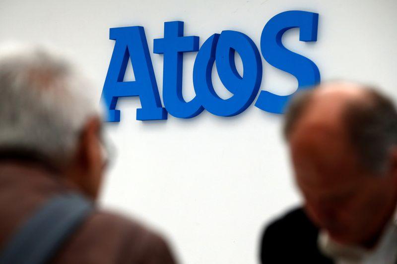 © Reuters.  Durante una presentación de la nueva supercomputadora Bull Sequana en París, la gente se para frente al logo de la empresa Atos