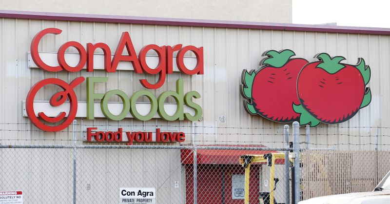 © Reuters. FILE PHOTO: File photo of ConAgra Foods production facility in Oakdale