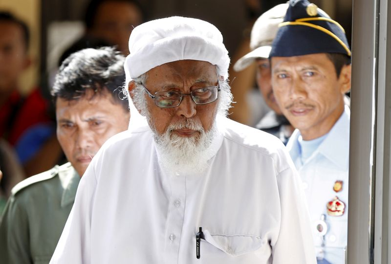 © Reuters. FILE PHOTO: Indonesian radical Muslim cleric Abu Bakar Bashir  enters a courtroom for the first day of an appeal hearing in Cilacap, Central Java province