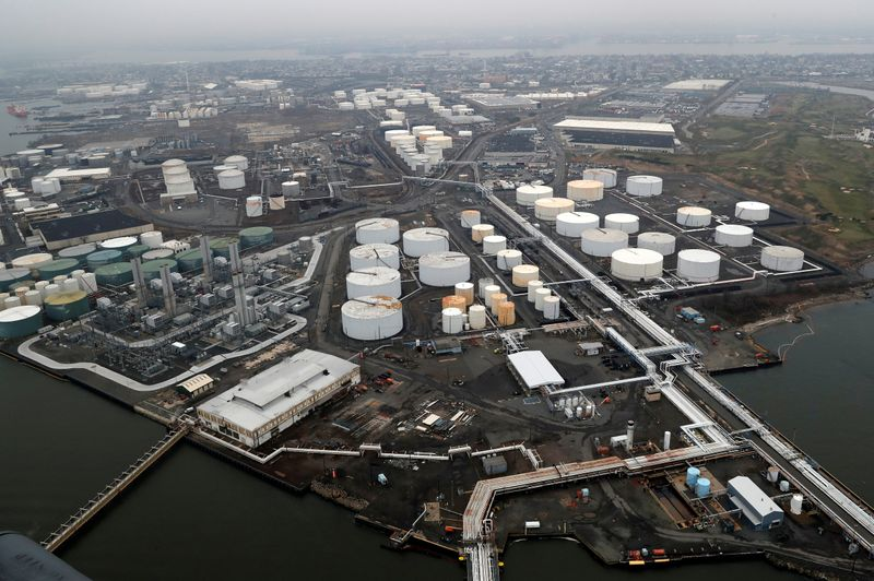 © Reuters. FILE PHOTO: General view of oil tanks and the Bayway Refinery of Phillips 66 in Linden