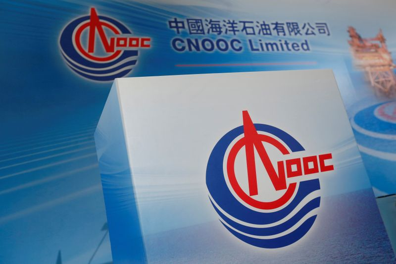 © Reuters. FILE PHOTO: Logos of China National Offshore Oil Corporation (CNOOC) are displayed at a news conference in Hong Kong