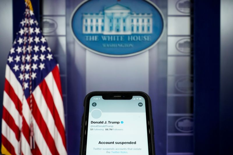 © Reuters. A photo illustration shows the suspended Twitter account of U.S. President Donald Trump on a smartphone at the White House briefing room in Washington
