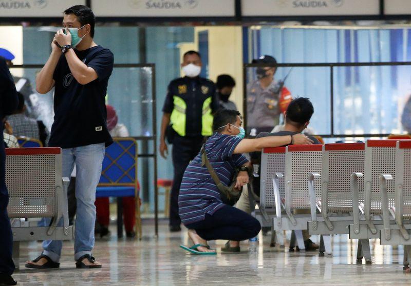 © Reuters. Temporary crisis centre at Soekarno-Hatta International Airport in Tangerang