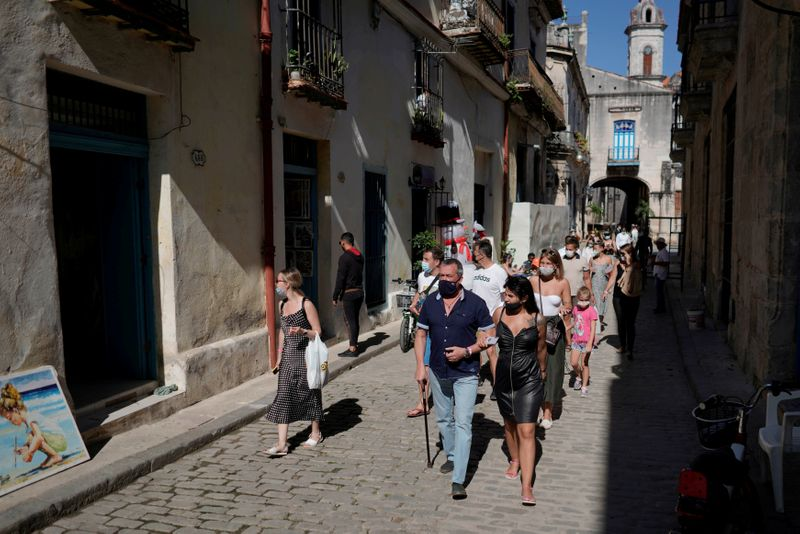 © Reuters. FILE PHOTO: Tourists trickle back to Havana and other Cuban cities