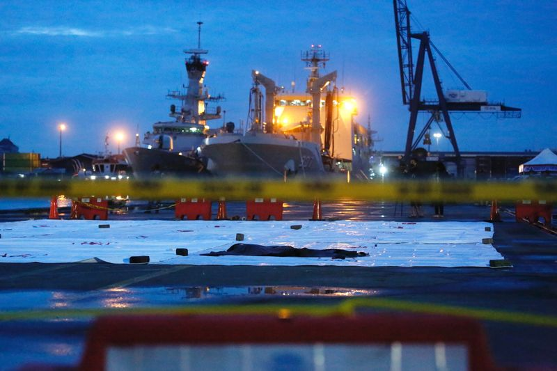 © Reuters. A bag, believed to be containing remains of the Sriwijaya Air plane flight SJ182, which crashed into the sea, is seen at Jakarta International Container Terminal port in Jakarta, Indonesia in Jakarta, Indonesia, January 10, 2021