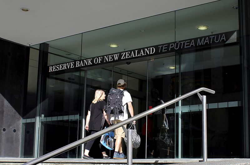© Reuters. FILE PHOTO: Two people walk towards the entrance of the Reserve Bank of New Zealand located in the New Zealand capital city of Wellington