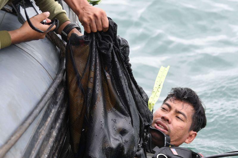 © Reuters. Sriwijaya Air Flight SJ182 plane crash recovery off Jakarta coast