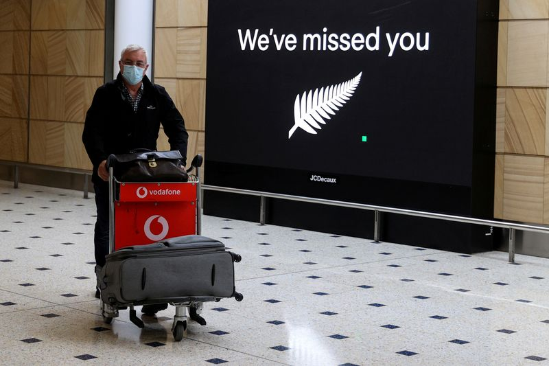 © Reuters. FILE PHOTO: Passengers arrive from New Zealand after the Trans-Tasman travel bubble opened overnight, at Sydney Airport