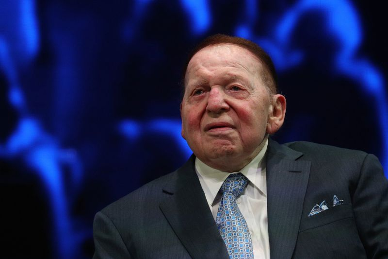 © Reuters. Sheldon Adelson sits onstage before a speech by U.S. President Trump at the Israeli American Council National Summit in Hollywood, Florida