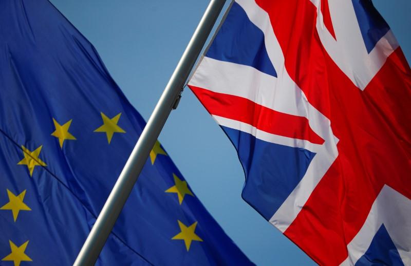 © Reuters. Foto de archivo de las banderas de Gran Bretaña y la UE en Berlín