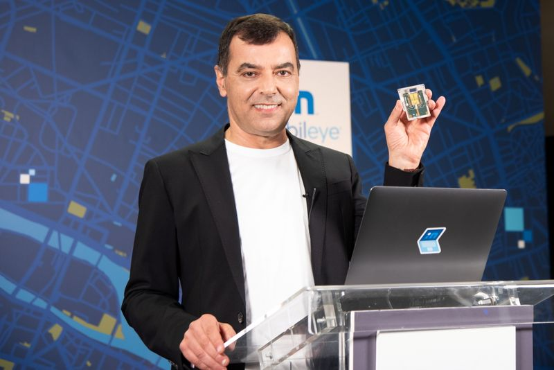 © Reuters. Handout image of Mobileye CEO Amnon Shashua holding a lidar chip being developed by the self-driving car firm