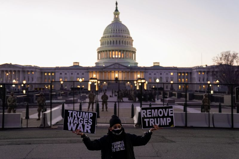 © Reuters. A protester holds signs near the U.S. Capitol in Washington