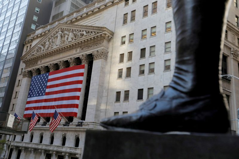 © Reuters. FILE PHOTO: FILE PHOTO: The boot on the statue of former U.S. President George Washington is seen across the New York Stock Exchange (NYSE) following Election Day in Manhattan, New York City