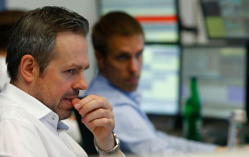 La prudence pèse sur les actions, les rendements se replient