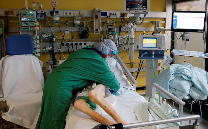 © Reuters. Enfermeira trata paciente com Covid-19 em UTI na Alemanha