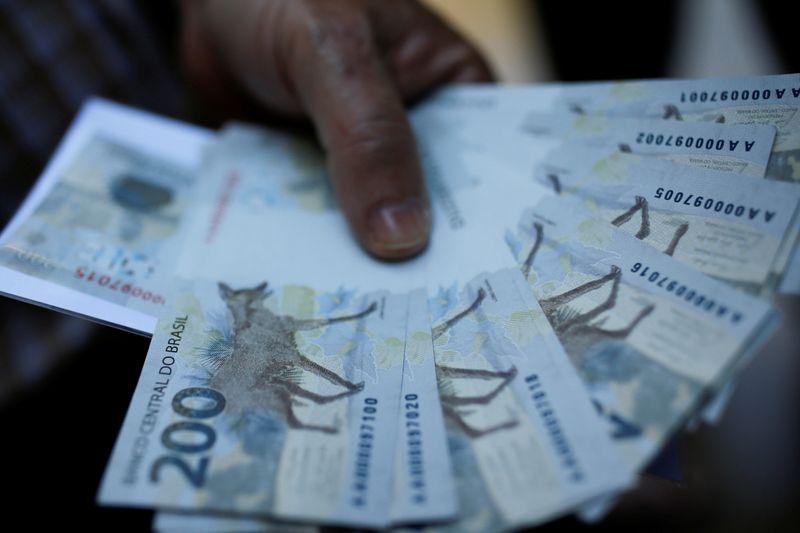 © Reuters. Notas de 200 reais fotografadas em Brasília (DF)