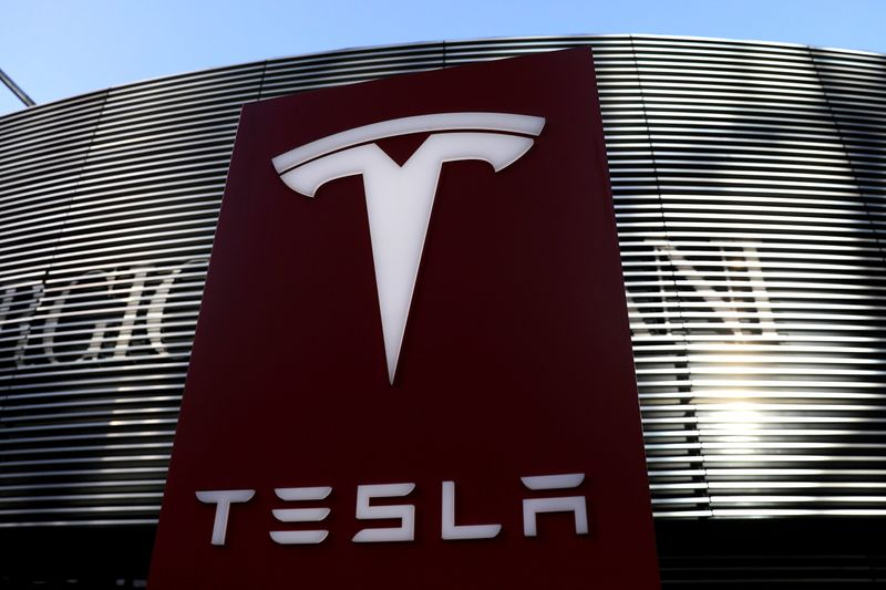 © Reuters. FILE PHOTO: Logo of electric vehicle maker Tesla is seen near a shopping complex in Beijing