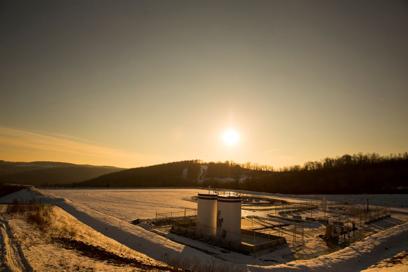 © Reuters. FILE PHOTO: A Chesapeake Energy natural gas well pad rests on the hill in Litchfield Township