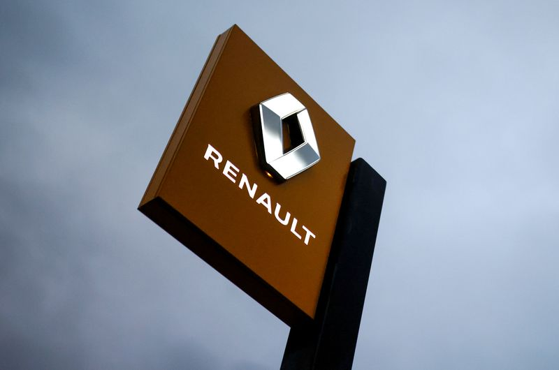 © Reuters. FILE PHOTO: The logo of Renault carmaker is pictured at a dealership in France