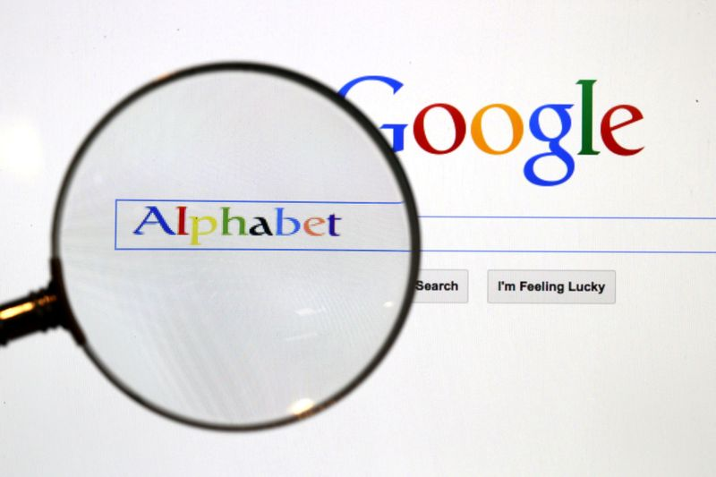 © Reuters. FILE PHOTO: A Google search page is seen through a magnifying glass in this photo illustration taken in Berlin, Germany