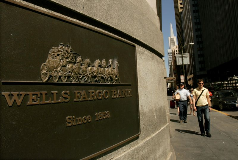 © Reuters. FILE PHOTO: A pedestrian walks past a Wells Fargo & Co bank in San Francisco