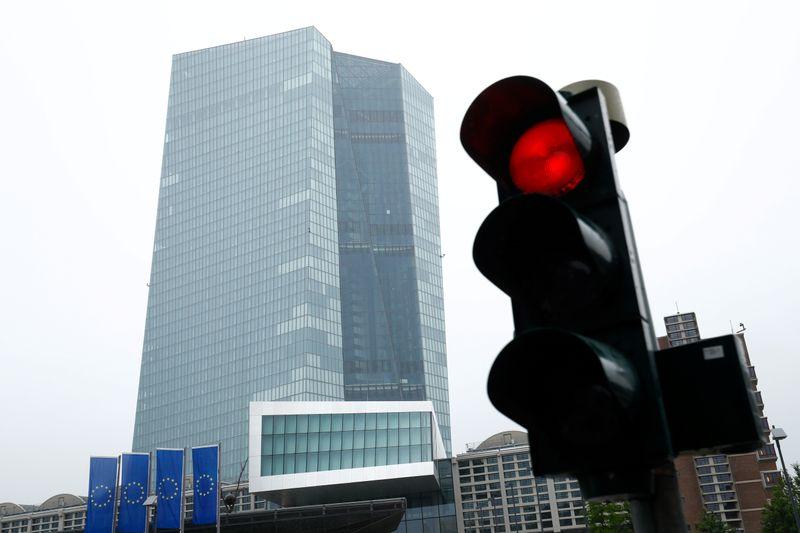 © Reuters. Un semaforo ross davanti al palazzo della Bce a Francoforte