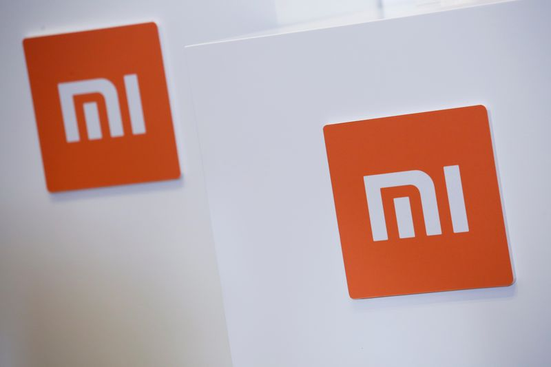 © Reuters. FILE PHOTO: Xiaomi logos are displayed during a news conference in Hong Kong