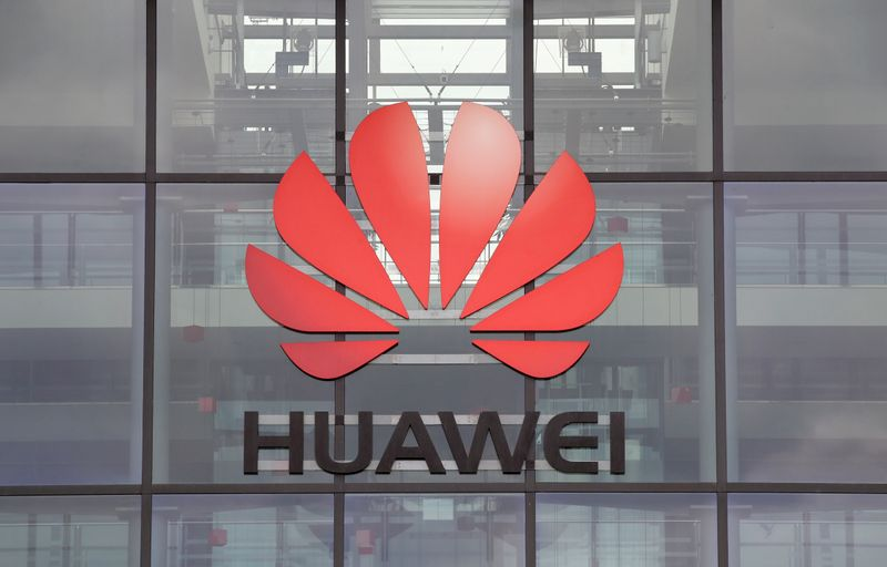 © Reuters. FILE PHOTO: Huawei logo is pictured on the headquarters building in Reading