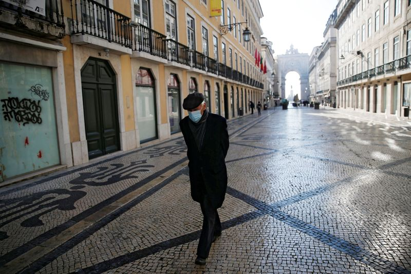 © Reuters. A man waks in downtown Lisbon on the first day of the second national lockdown due to the coronavirus disease (COVID-19) pandemic in Lisbon