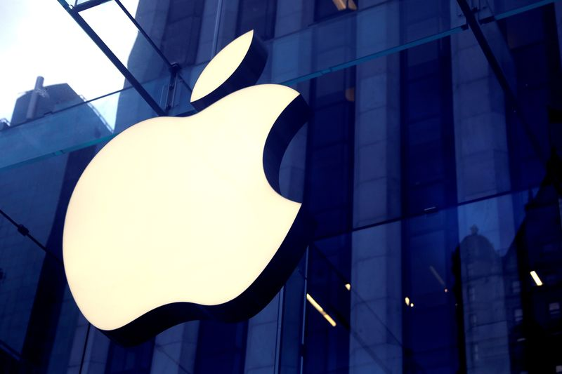 © Reuters. FILE PHOTO: The Apple Inc logo is seen hanging at the entrance to the Apple store on 5th Avenue in New York