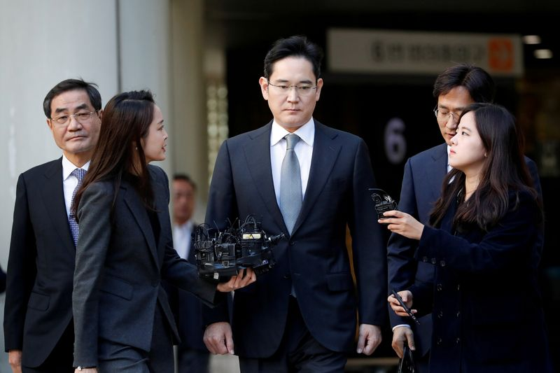 © Reuters. FILE PHOTO: Samsung Electronics Vice Chairman, Jay Y. Lee, leaves the Seoul high court in Seoul