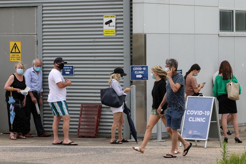 © Reuters. FILE PHOTO: The queue at a coronavirus disease testing clinic is pictured in Sydney