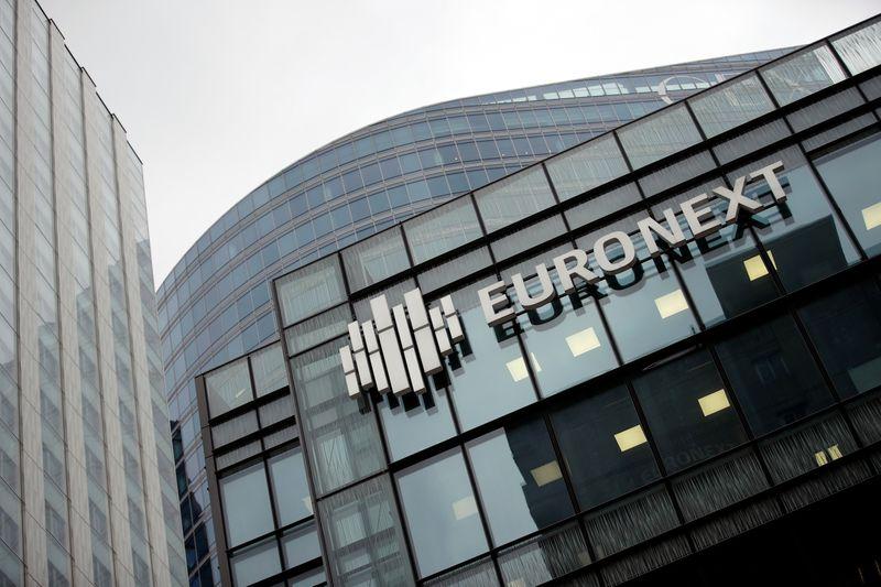 © Reuters. Logo di Euronext nel quartiere finanziario di La Defense