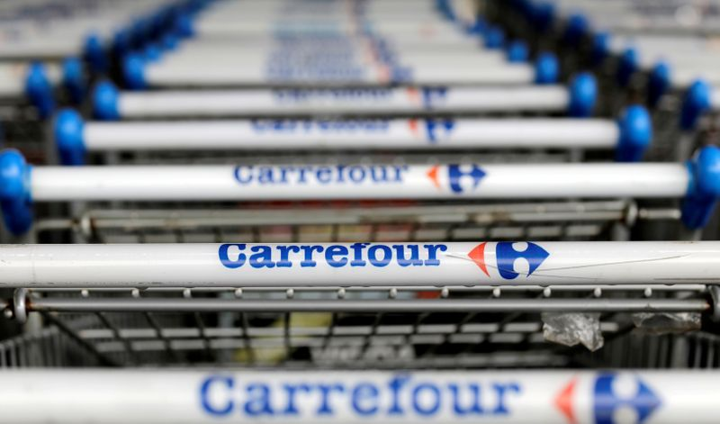 © Reuters. FILE PHOTO: The logo of French retailer Carrefour on shopping trolleys in Sao Paulo