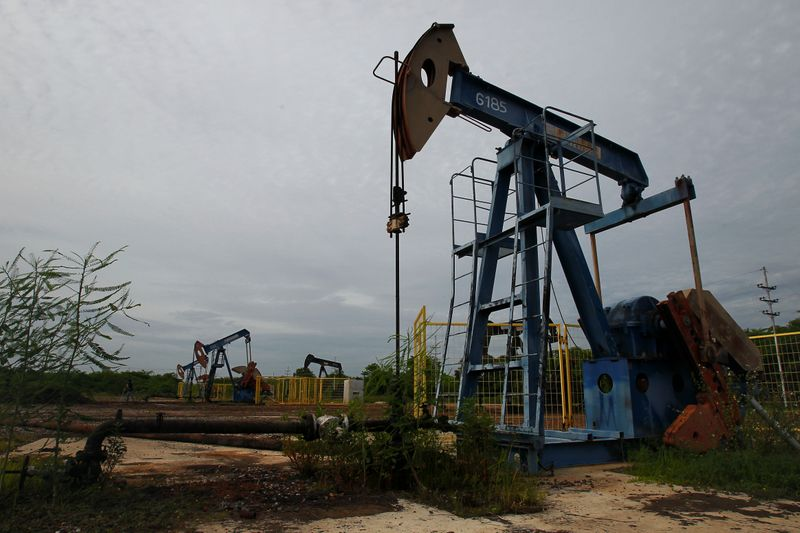 © Reuters. Oil pumpjacks are seen in Lagunillas