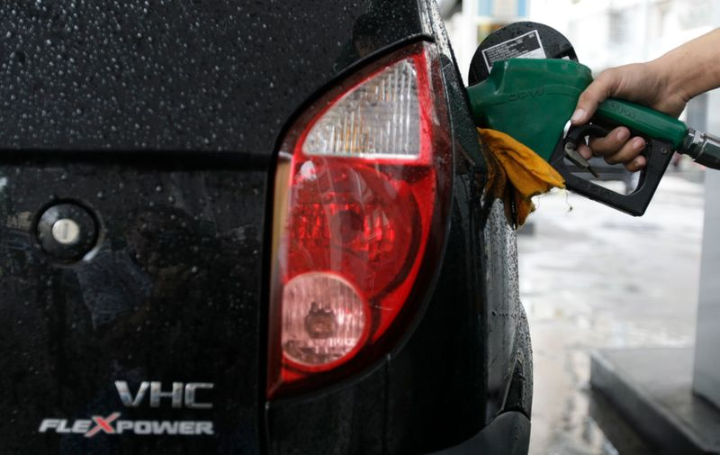 © Reuters. Carro abastecido a etanol em posto de combustível no Rio de Janeiro (RJ)