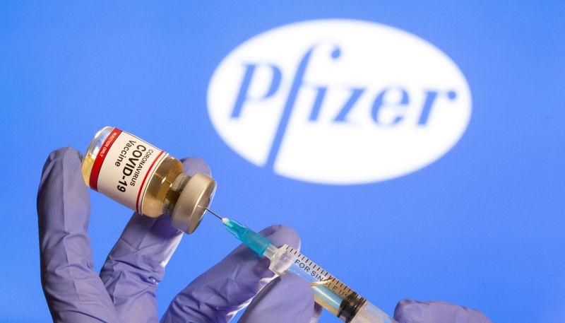 © Reuters. Una persona tiene in mano una boccetta etichettata con un adesivo