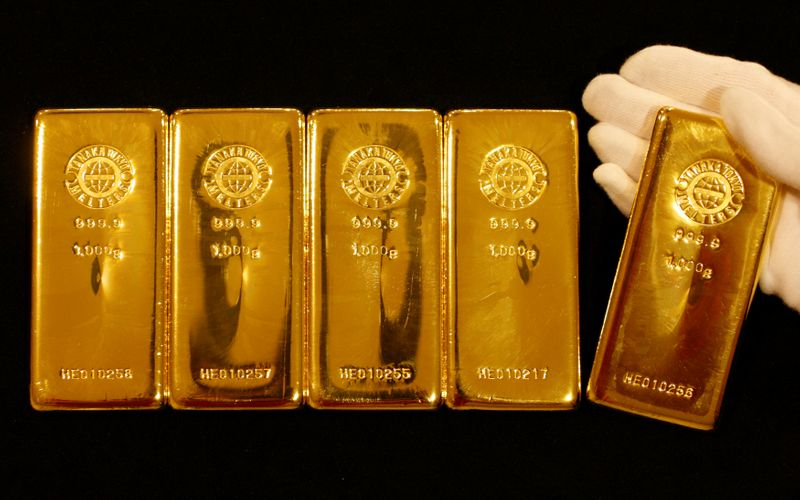 © Reuters. FILE PHOTO: Gold bars are displayed during a photo opportunity at the Ginza Tanaka store in Tokyo