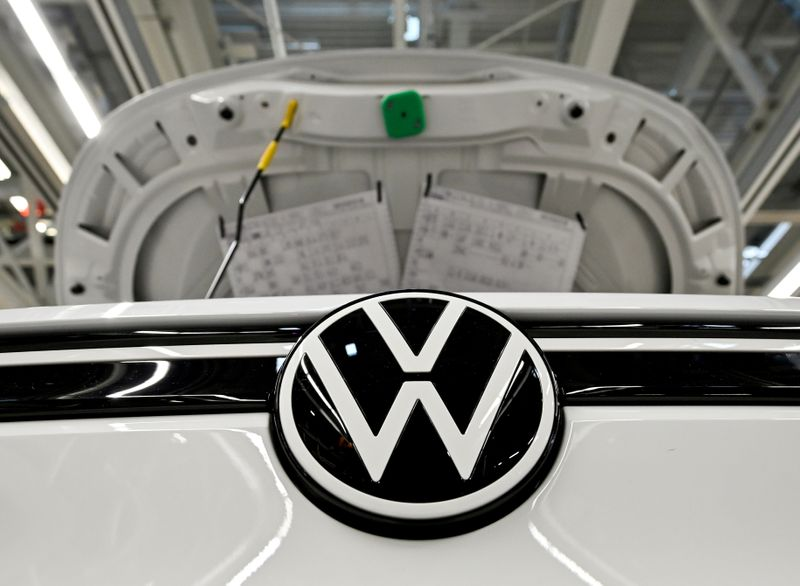 © Reuters. FILE PHOTO: VW shows electric SUV