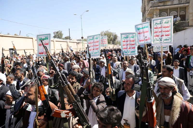 © Reuters. FILE PHOTO:  Houthi supporters hold up their weapons during a demonstration against the United States decision to designate the Houthis as a foreign terrorist organisation, in Sanaa
