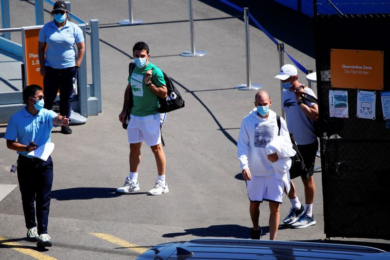 © Reuters. Quarantined Australian Open tennis players leave a restricted training area in Melbourne
