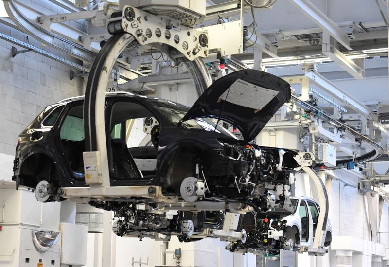 © Reuters. FILE PHOTO: A car body is moved in a production line at the Volkswagen plant in Wolfsburg
