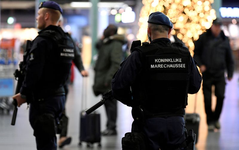 © Reuters. FILE PHOTO: Dutch police patrol at Amsterdam's Schiphol airport