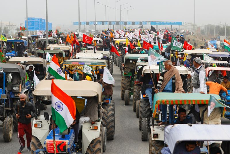 © Reuters. FILE PHOTO: Rally to protest against the newly passed farm bills, on a highway on the outskirts of New Delhi