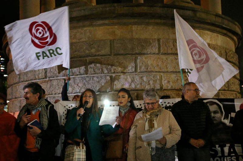 © Reuters. FILE PHOTO: Supporters of the Revolutionary Alternative Force of the Common attend a vigil in memory of former FARC guerrillas killed after the peace agreement made with the government in Bogota
