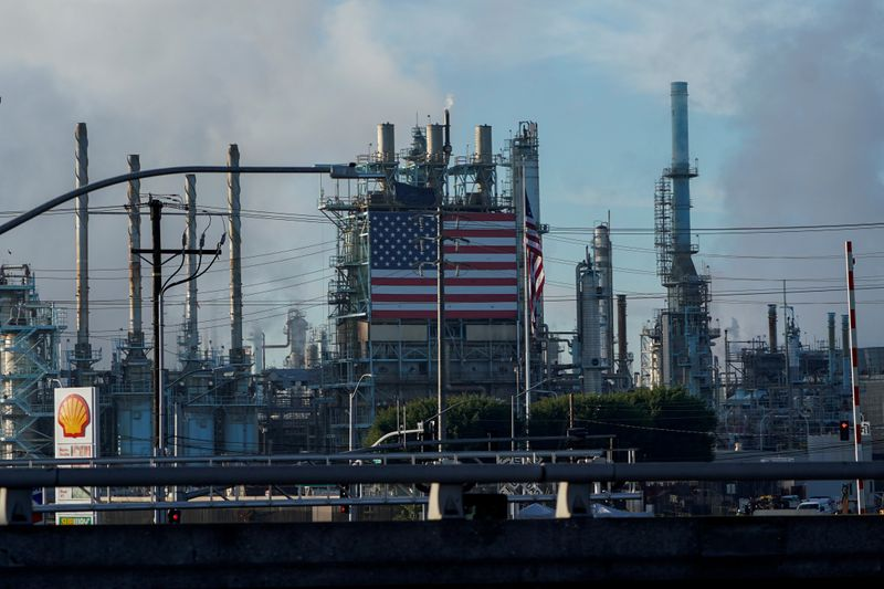 © Reuters. FILE PHOTO: General view of the Marathon petroleum refinery in Carson, California