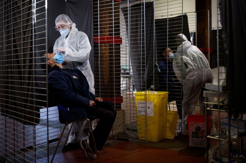 © Reuters. FILE PHOTO:  Coronavirus disease (COVID-19) testing centre in Nantes
