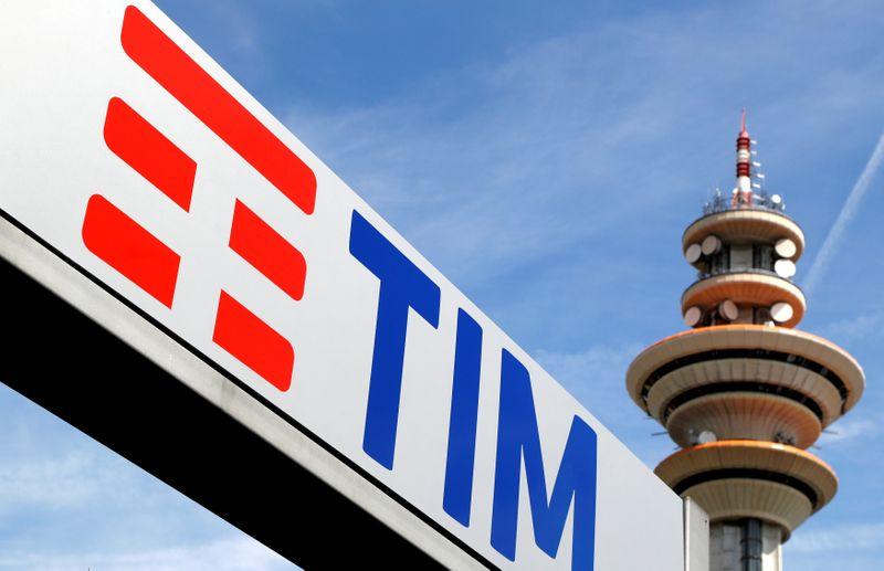 © Reuters. Logo di Telecom Italia presso la sede di Rozzano