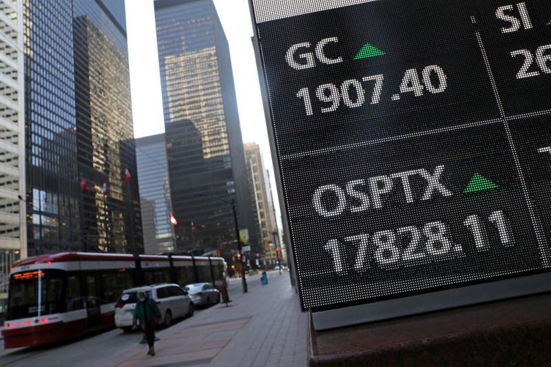 TSX rises as tech shares jump ahead of earnings